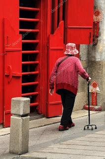 Donna anziana con bastone