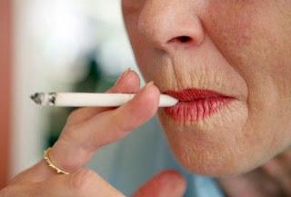 rughe della fumatrice-donna-che-fuma-foto
